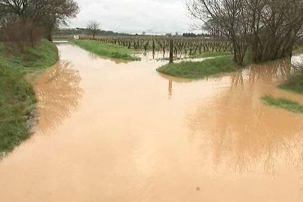 Le ruisseau gonflé par la pluie a envahi la route qui était interdite à la circulation.