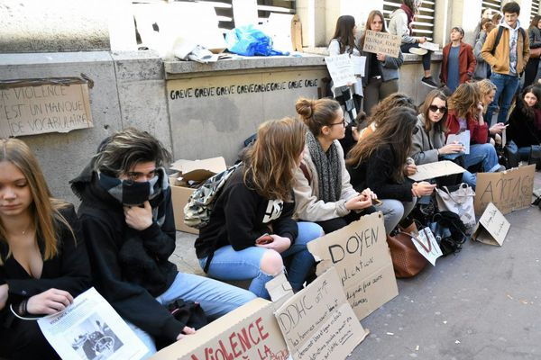Les étudiants ont manifesté devant la faculté de droit à Montpellier suite à l'agression de plusieurs de leurs camarades vendredi 23 mars 2018