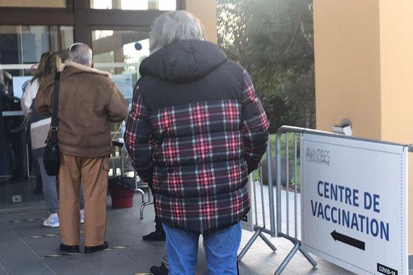 A la maison des associations d'Antibes, l'objectif est de faire 200 vaccins par jour.