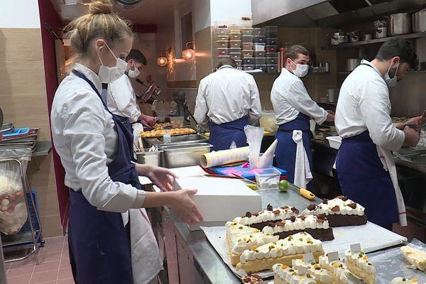 L'équipe du restaurant niçois Les Agitateurs prépare une centaine de menus du réveillon.