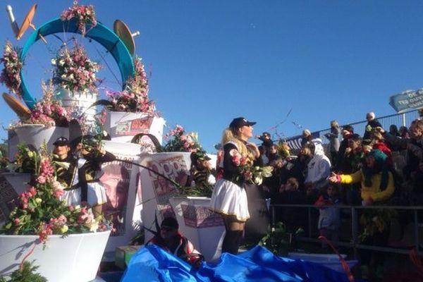 A chaque sortie, seize chars lancent aux alentours de cinq tonnes de mimosa aux public.