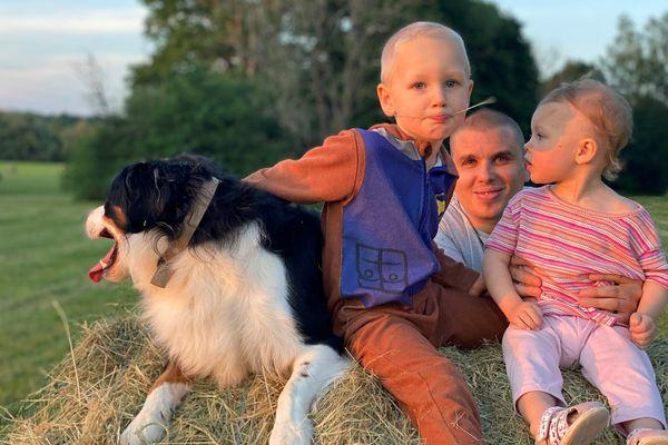 Le petit Mathieu et sa soeur Kaitlyn grandissent aux côtés de leur fidèle compagnon