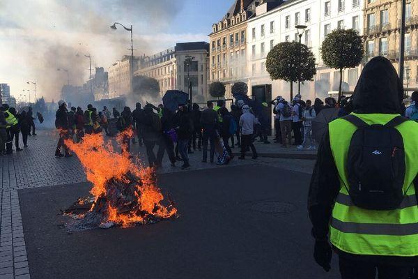 Un feu allumé place de la République