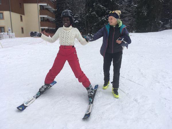 Jeanne et l'une de ses élèves qui découvrent le ski à Morillon