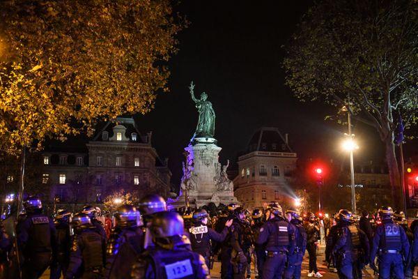 Un rassemblement de migrants le 23 novembre 2020 Place de la République à Paris