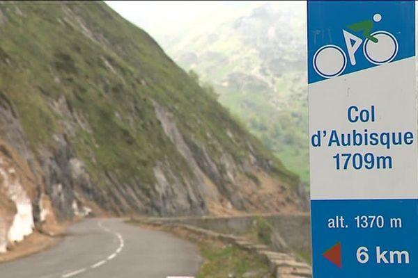 Après le passage du col de l'Aubisque, les coureurs du Tour de France doivent redescendre vers Eaux-Bonnes en passant par Gourette.