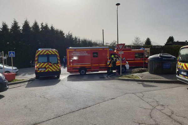 45 sapeurs-pompiers déploient des moyens d'extinction particuliers pour éteindre l'incendie.