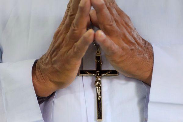 Vendredi 14 septembre, un prêtre du diocèse de Saint-Flour a été mis en examen et placé en détention provisoire. Il est soupçonné d'agressions sexuelles sur 4 enfants d'une même famille.