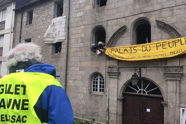L'occupation de l'ancien tribunal d'Ussel par des Gilets Jaunes, ce dimanche 17 novembre.