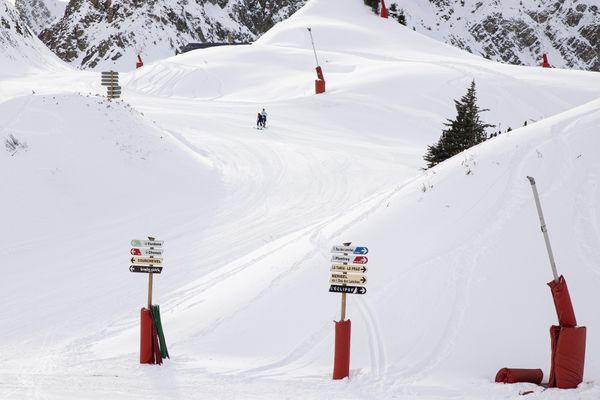 Le skieur a été retrouvé mort au niveau du domaine skiable de Courchevel, qui est moins sécurisé à cause de la fermeture des remontées mécaniques (image d'illustration).