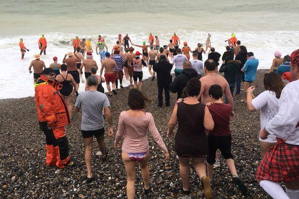 L'eau froide et les vagues n'ont pas effrayé les participants au dernier bain de mer de l'année au Tréport (Seine-Maritime).