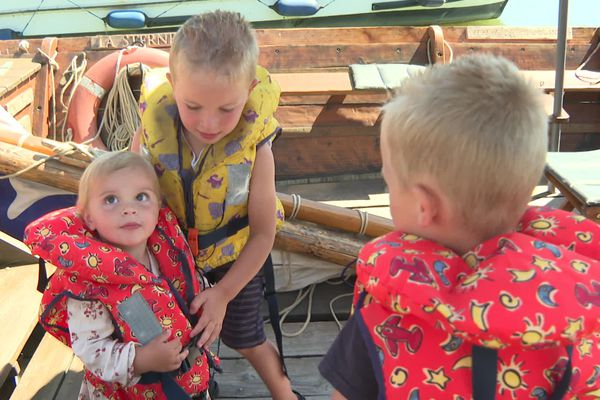 Evana, deux ans, s'apprête à partir en balade en bateau sur le Canal de Briare