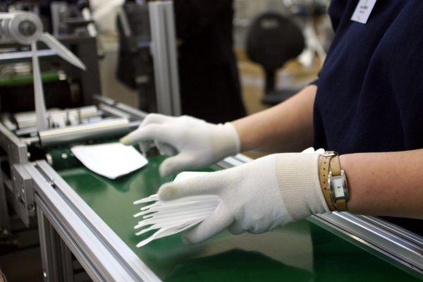L'usine de fabrication de masques Valmy, à  Mably (Loire) est l'un des deux fabricants de masques historiques en France.