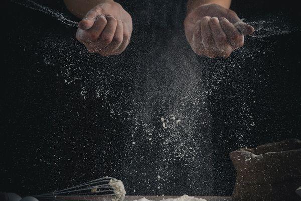 Une photos d'un pâtissier en train de cuisiner.