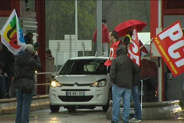 Blocage du péage de l'A36 à Besançon contre la loi El Khomri