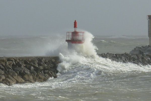 Mer forte sur la jetée du port de la Cotinière (17)