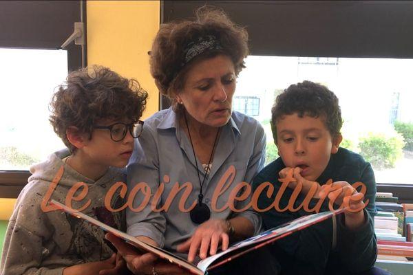 enfants lisant avec Brigitte