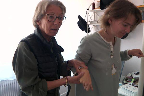 Faute de personnel suffisant, Christine Thierry-Glo doit prendre le relais des éducateurs et des infirmiers pour s'occuper de sa fille Sarah.