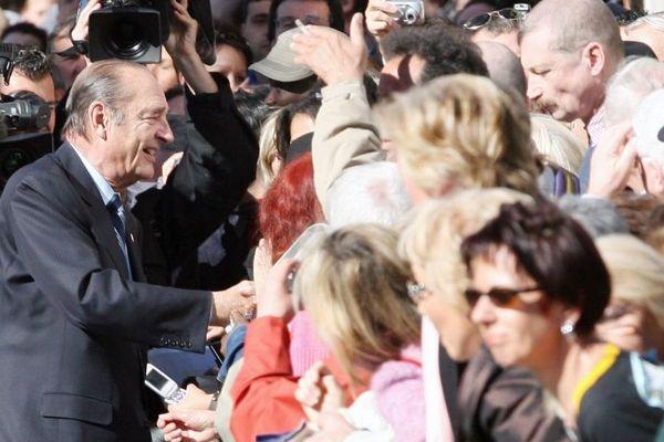 Bain de foule pour Jacques Chirac à Cannes en 2007.