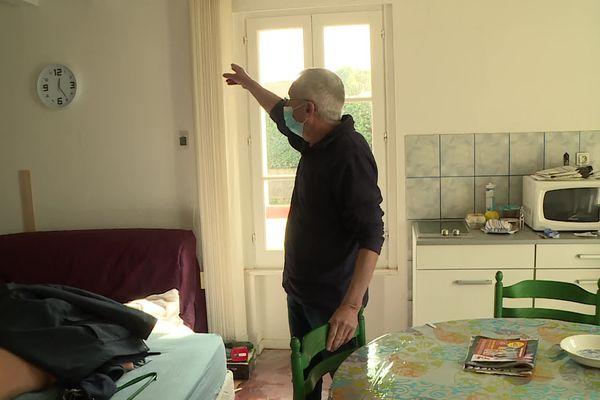 Plus d'un mois après la crue Daniel vit encore dans sa cuisine, le temps de terminer les travaux de remise en état de sa maison.