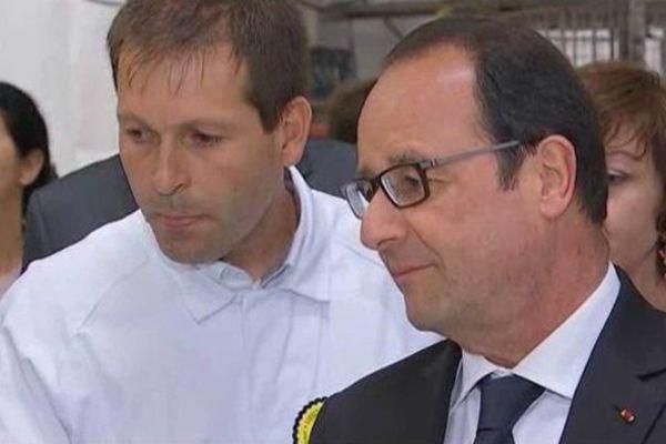 François Hollande attentif pendant l'explication de la fabrication des glaces La Belle Aude à Carcassonne