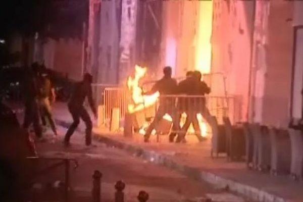 La façade d'une banque a été incendiée lors des affrontements place St.Nicolas à Bastia (30/05/13)
