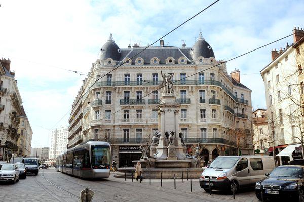 La place aux Herbes à Grenoble en 2010, avant sa piétonisation. Image d'llustration.