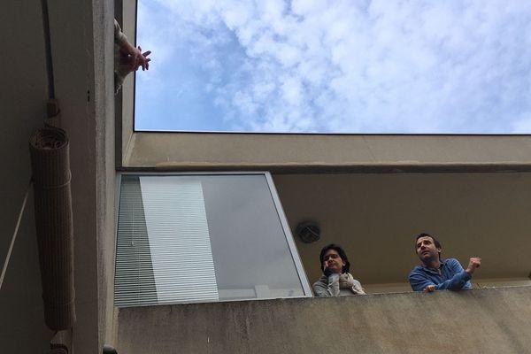 Dans cette résidence proche du centre de Montpellier, les voisins prennent un café tous ensemble les vendredis, chacun sur son balcon - Avril 2020.