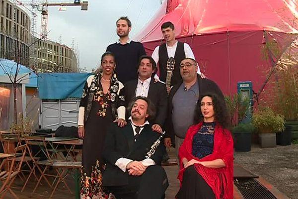 Les Agathois Nathalie, Thierry et Kakès (rang du milieu), sont des comédiens amateurs.