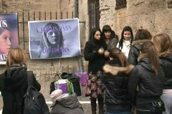 Béziers (Hérault) - rassemblement des amis et proches de Carla devant le tribunal - 23 janvier 2013.