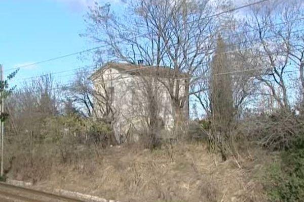 L'habitation située en bordure de la voie férrée menace de s'écrouler.