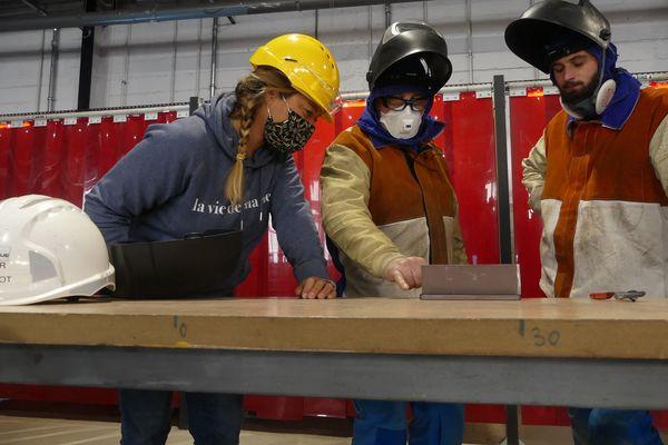 Julie accompagnée de futurs charpentiers-métaux
