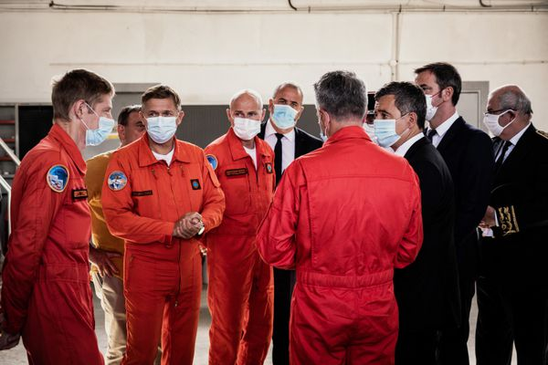 Le ministre de l'Intérieur Gérald Darmanin en visite à l'aérodrome du Versoud (Isère) le 13 septembre 2021 après le crash d'hélicoptère qui a fait un mort.