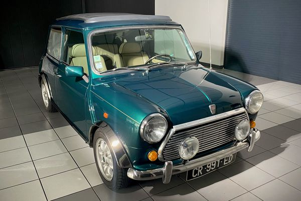 La Rover Mini Kensington et ses chromes plus compliqués à éclairer.