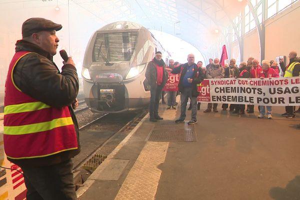 Les manifestants se sont installés sur le quai de la gare du Havre mais n'ont pas empêché les curieux de venir visiter cette première rame livrée.