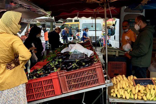 Au marché de la Petite Hollande, l'initiative municipale de suppression de l'usage des sacs en plastique n'est pas passée dans les habitudes de tous