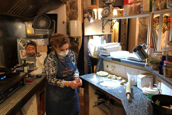 """En soutien au mouvement de """"désobéissance civile"""" lancé par un restaurateur du Doubs, ce lundi 1er février, Nathalie Vicens, a ouvert symboliquement son établissement à Ajaccio."""