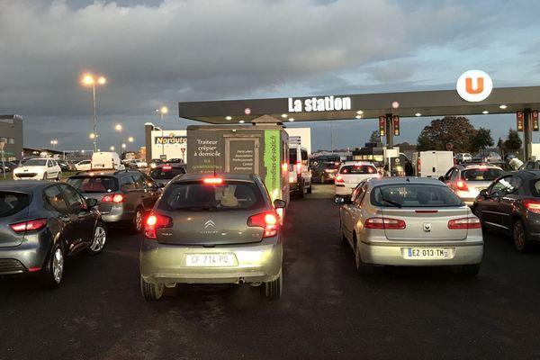 Il y a eu foule toute la journée de vendredi dans cette station-service près de Rennes