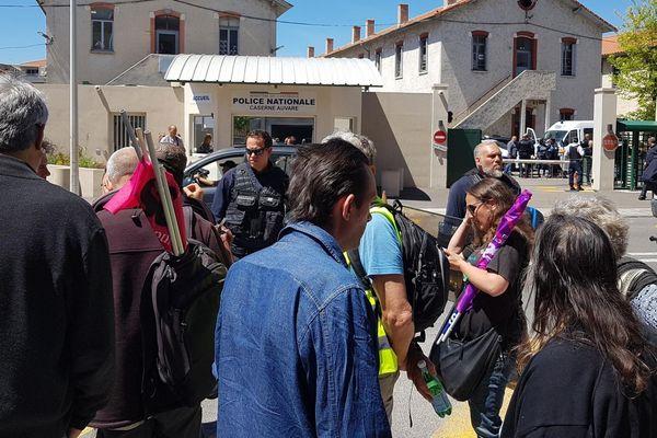 Rassemblement de soutien aux personnes interpellées devant la caserne de police Auvare de Nice.
