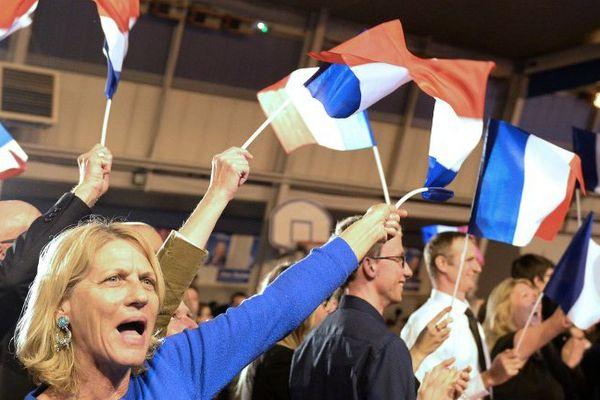 Les militants FN laissent exploser leur joie à l'annonce des résultats au Pontet.