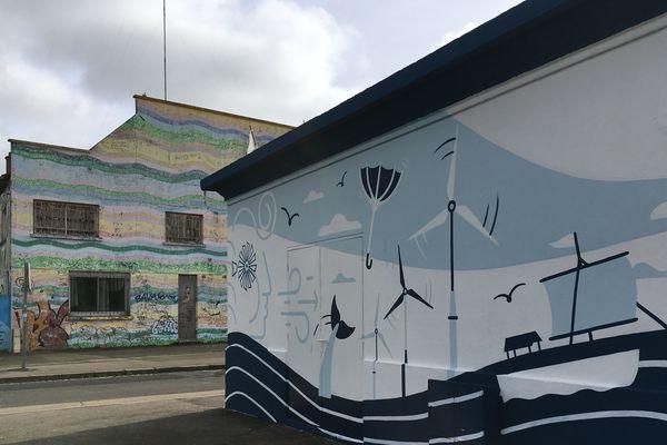 Au premier plan, le poste à carburant, en arrière plan, le bâtiment multicolore,  repeint lors d'un festival des Escales, est appelé à être déconstruit