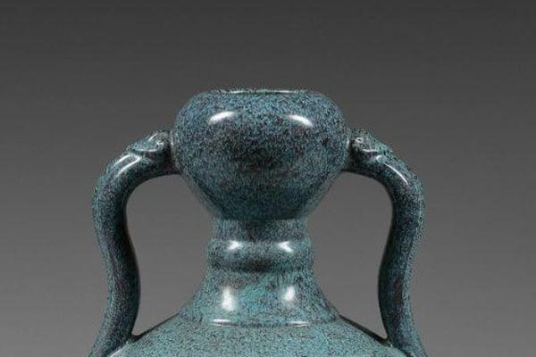 Le vase pourrait ressembler à cet exemplaire de l'époque Yongzheng (1723 - 1735)