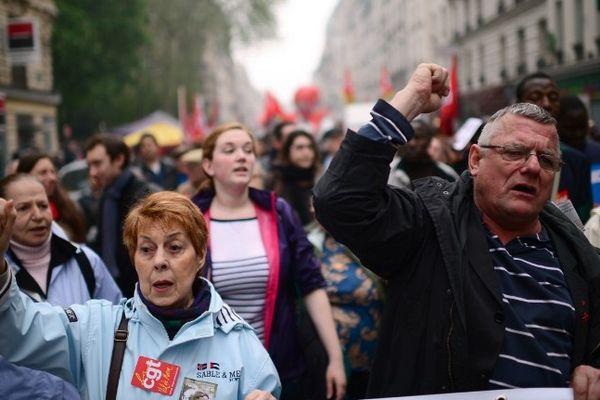 Des manifestants défilent dans le traditionnel cortège du 1er mai dans les rues de Paris.