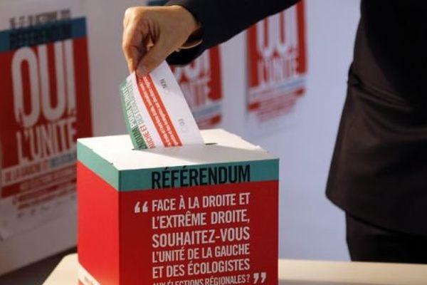 Dans des bureaux de vote ou sur internet, les militants et sympathisants de gauche sont invités à se prononcer sur l'unité de la gauche et des écologistes aux régionales de décembre.