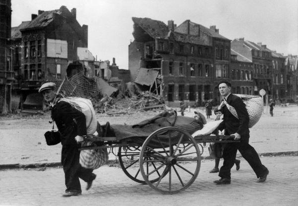Des civils français fuyant l'avancée de l'armée allemande en mai 1940.