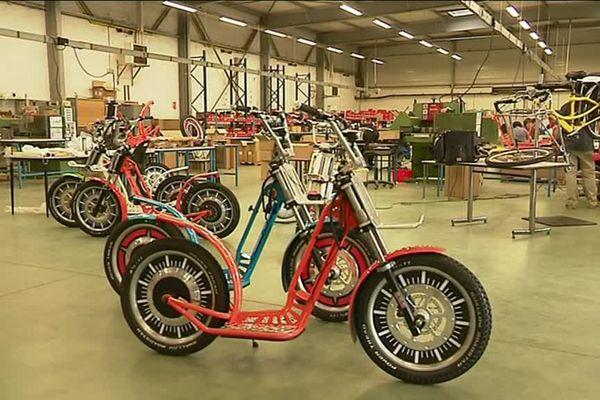 Le Geebee est un engin électrique à deux roues entre le scooter, le vélo et la trottinette.