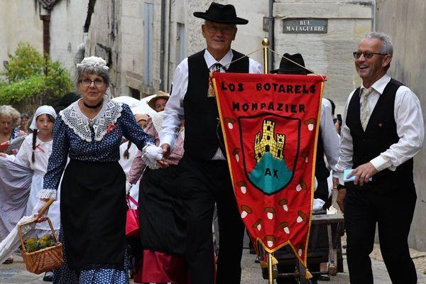 """23 groupes folkloriques venus de toute la Dordogne et des départements voisins ont défilé dans les rues du vieux Périgueux. Ici, """"Los Botarels"""" une troupe originaire de Monpazier."""
