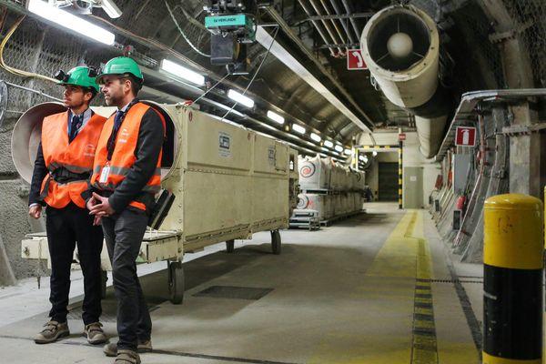 Le secrétaire d'Etat Sebastien Lecornu (à droite) visite le laboratoire sous terrain CIGEO destiné à  stocker les futurs déchets nucléaires à Bure dans la Meuse le 29 janvier 2018.