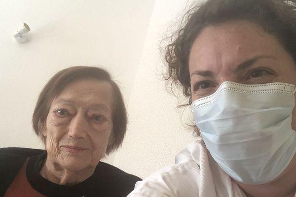 Le temps d'un selfie, Christiane Mas, 81 ans, prend la pose dans sa chambre avec Annette Jouffre, infirmière.