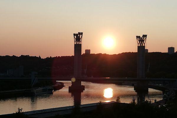 """""""Soleil"""" est un mot qui ne se décline qu'au singulier, sauf si la Seine lui prête un soir quelques reflets complices... à Rouen ce ne sera guère le cas, lors des prochains jours."""